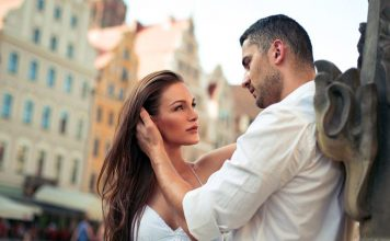 use Body Language to Flirt with a Guy